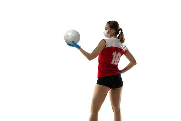 Gewinne die krankheit. volleyballspieler in schutzmaske und handschuhen.