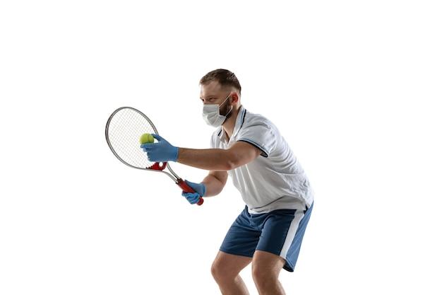 Gewinnen sie punkte gegen krankheit. männlicher tennisspieler in schutzmaske, handschuhen. auch während der quarantäne aktiv. gesundheitswesen, medizin, sportkonzept.