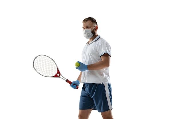 Gewinnen sie punkte gegen krankheit. männlicher tennisspieler in schutzmaske, handschuhen.
