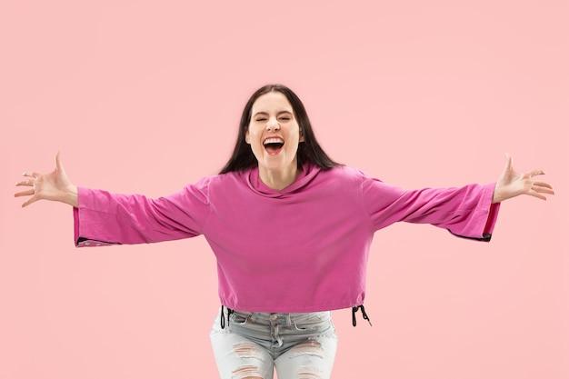 Gewinnende erfolgsfrau glücklich ekstatisch feiernd, ein dynamisches energetisches bild des weiblichen modells zu sein