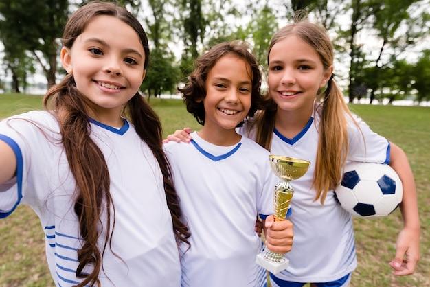 Gewinnende fußballmannschaft, die ein selfie macht