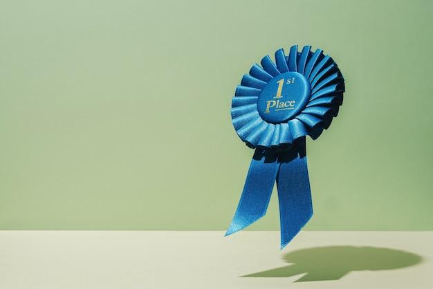 Gewinner auszeichnung erster platz für erfolg und sieg. trendiges konzept mit levitation.