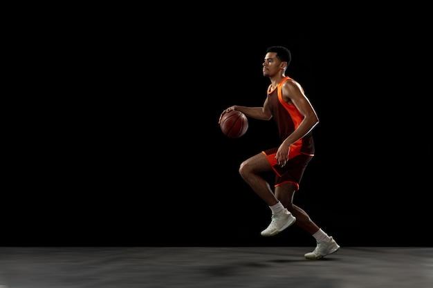 Gewinner. junges zielgerichtetes basketballspielertraining, das in aktion übt