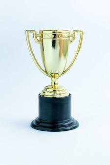 Gewinner oder champion gold trophy cup. sieg erster wettbewerbsplatz. gewinn- oder erfolgskonzept.