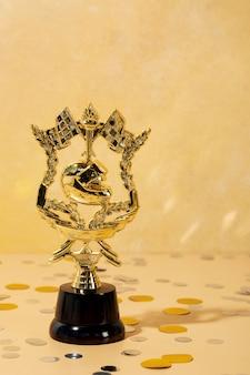 Gewinnerkonzept mit goldenem helm