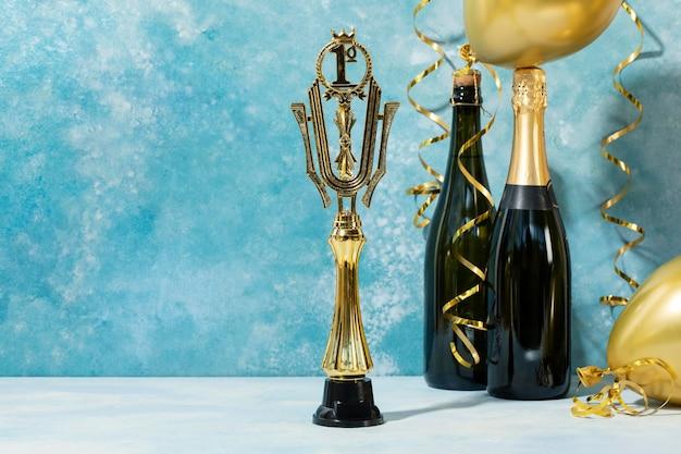 Gewinnerkonzept mit goldenem preis und champagner