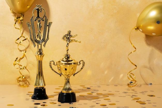Gewinnerkonzept mit goldenen ballons