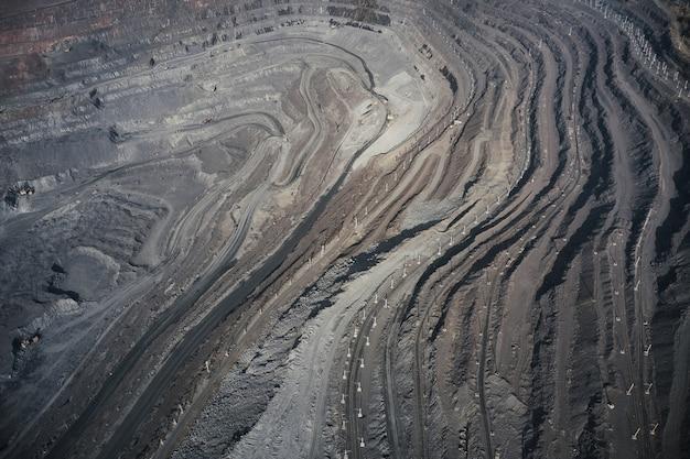 Gewinnung von mineralien mit hilfe spezieller geräte im warmen abendlicht in der malerischen ukraine. panorama-drohnenaufnahme aus der luft