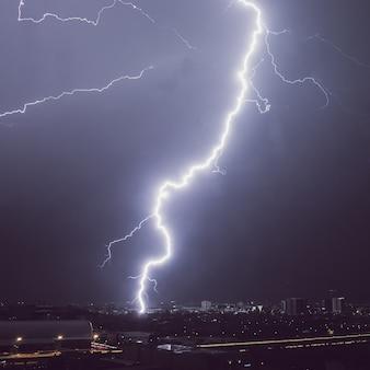 Gewitter über der stadt in der nacht.