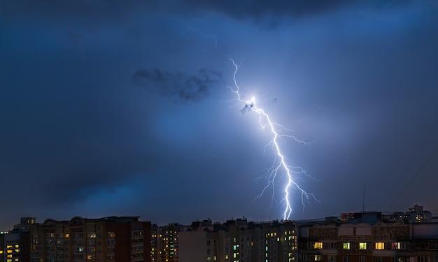 Gewitter und blitz über der stadt