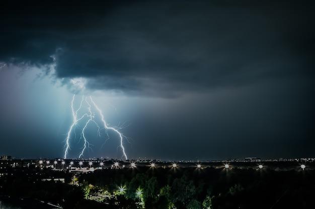 Gewitterfront über den städten blitz schlägt den bodensturm ein