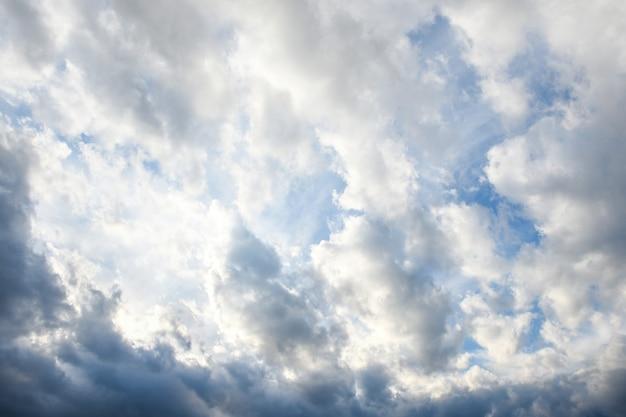 Gewitterhimmel mit sturmklonen auf den sonnenuntergang mit schöner sonne