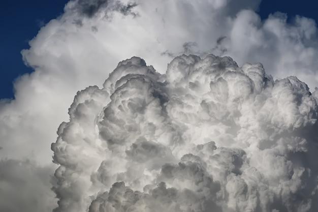 Gewitterwolke am blauen himmel