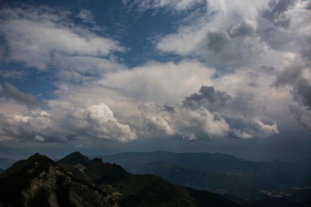 Gewitterwolken in bergueda bergen, barcelona, pyrenäen, spanien