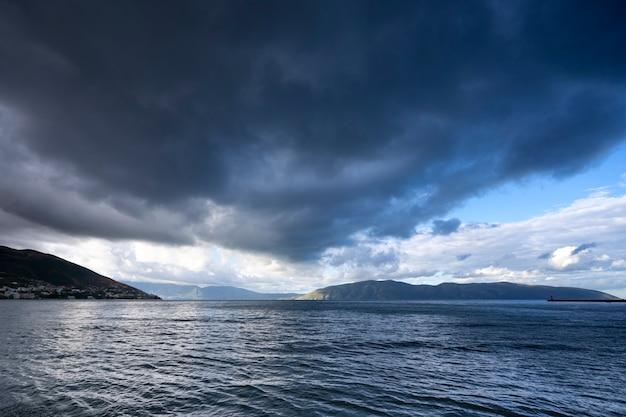 Gewitterwolken kommen auf das meer
