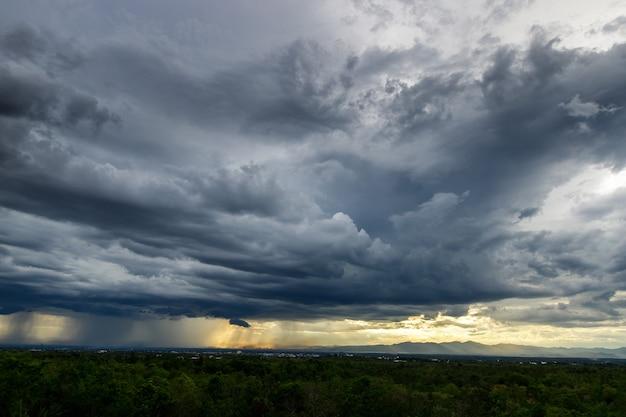 Gewitterwolken mit dem regen. natur umwelt dunkle riesige wolkenhimmel schwarze stürmische wolke