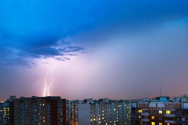 Gewitterwolken, starker regen. gewitter und blitz über der stadt.