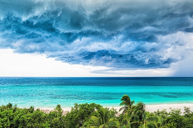 Gewitterwolken über dem meer.