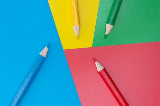 Gewöhnlicher buntstift aus holz mit weicher mine in verschiedenen farben zum zeichnen und gestalten, bleistift aus naturmaterialien sicher für kinder bunter hintergrund farben lernen