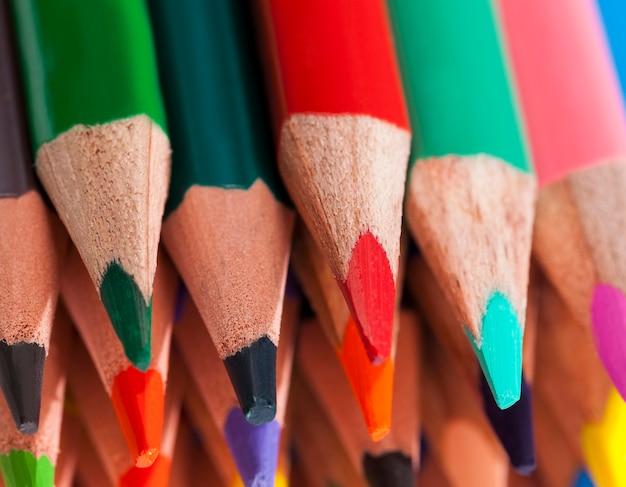 Gewöhnlicher farbiger holzstift mit weichem blei in verschiedenen farben für zeichnung und kreativität