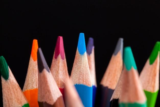 Gewöhnlicher farbiger holzstift mit weicher mine in verschiedenen farben zum zeichnen und kreativität, nahaufnahme von bleistiften nach dem anspitzen und verwenden, bleistift aus natürlichen materialien, sicher für kinder