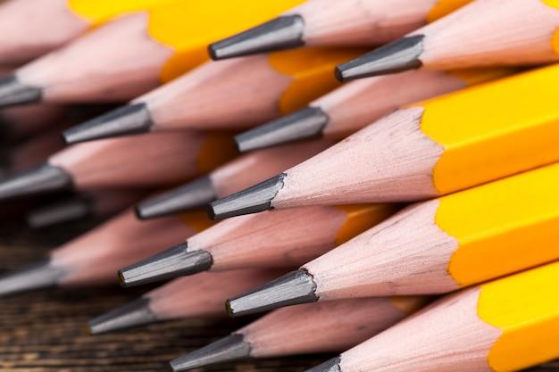 Gewöhnlicher gelber holzstift mit grauer weicher mine für zeichnung und kreativität