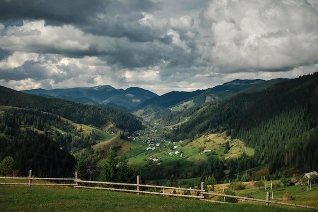 Gewöhnliches bergdorf in den karpaten im herbst