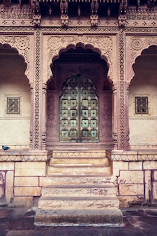 Gewölbtes tor in der festung mehrangarh. jodhpur, rajasthan, indien