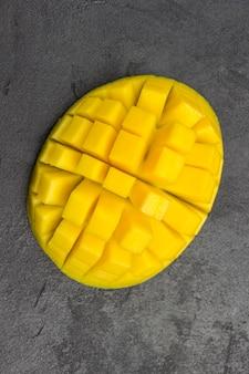Gewürfelte mangostücke. tropische früchte. gesunde ernährung. flach liegen