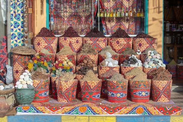 Gewürzbasar mit kräutern und gewürzen zum verkauf auf der straße alten markt in sharm el sheikh ägypten