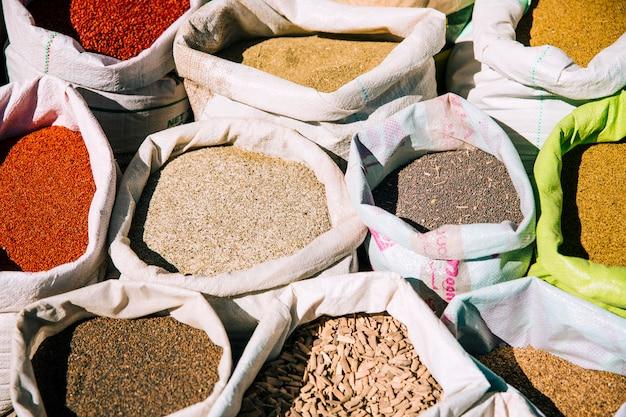 Gewürze auf dem markt in marokko