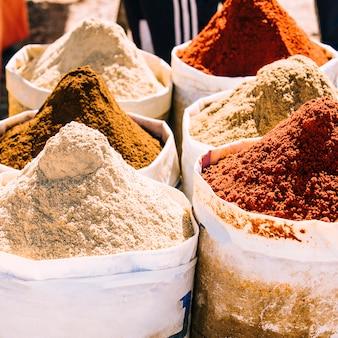 Gewürze auf dem markt in marrakesch