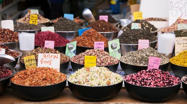 Gewürze, ferbs und trockenfrüchte auf dem markt in jerusalem, israel