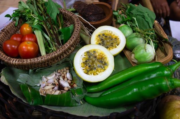 Gewürze gemüse und früchte vor dem kochen