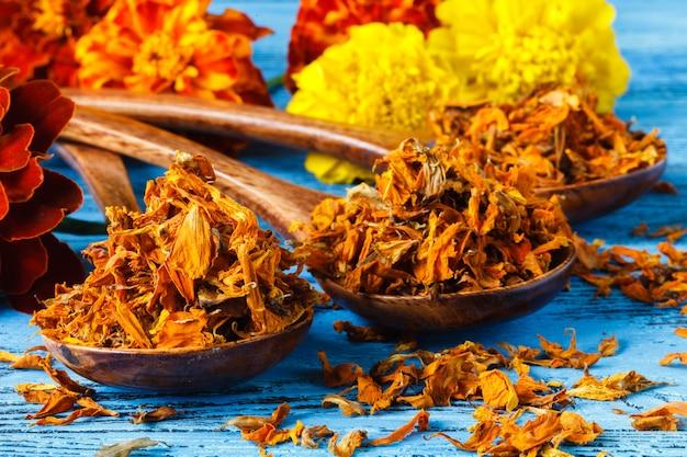 Gewürze. gewürz im holzlöffel. kräuter. curry, safran, kurkuma, zimt und andere auf einem hölzernen rustikalen hintergrund