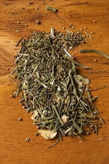 Gewürze. haufen von grüns auf dem tisch