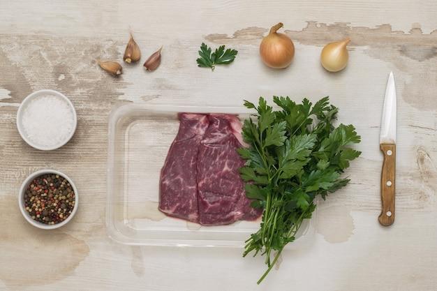 Gewürze, kräuter und fleischsteaks in vakuumverpackung. versiegelte verpackung für fleisch.
