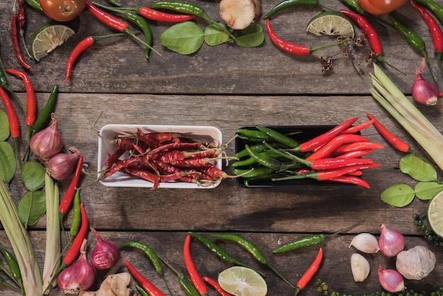 Gewürze mit bestandteilen auf hölzernem hintergrund. asiatisches essen, gesund oder kochkonzept.