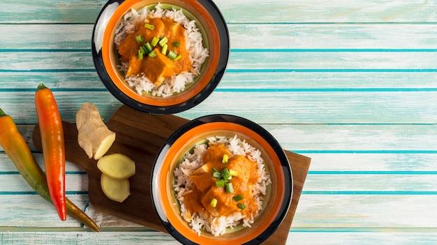 Gewürze nahe schüsseln mit curry