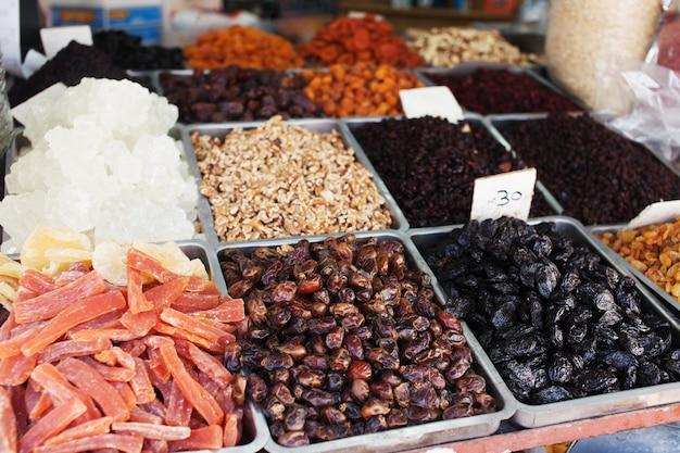 Gewürze, nüsse und gemüse auf dem offenen markt in tel aviv, israel