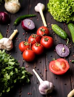 Gewürze und gemüse für salat draufsicht