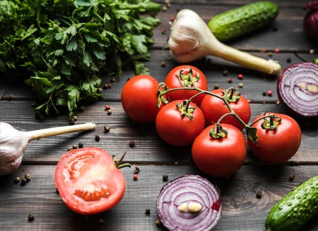 Gewürze und gemüse für salat high view