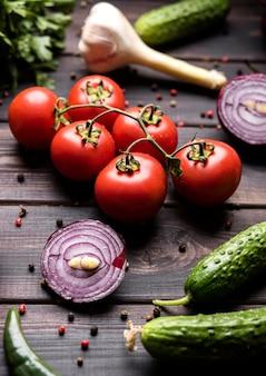 Gewürze und gemüse für salat
