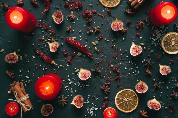 Gewürze und getrocknete früchte flach draufsicht auf schwarzem hintergrund
