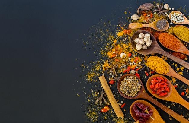 Gewürze und kräuter zum kochen, textfreiraum.