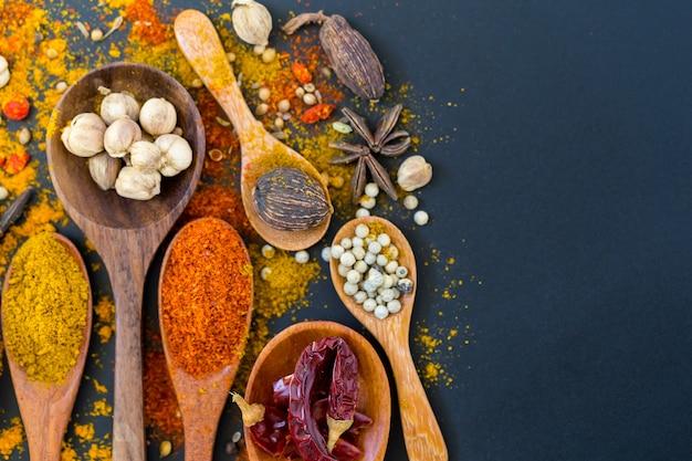 Gewürze und kräuter zum kochen