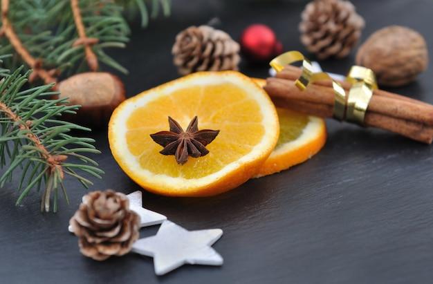 Gewürze und orange in chrismas dekoration