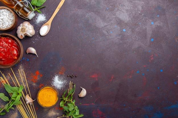 Gewürze und soße der draufsicht auf der würzigen warmen lebensmittelfarbe des dunklen hintergrundmahls
