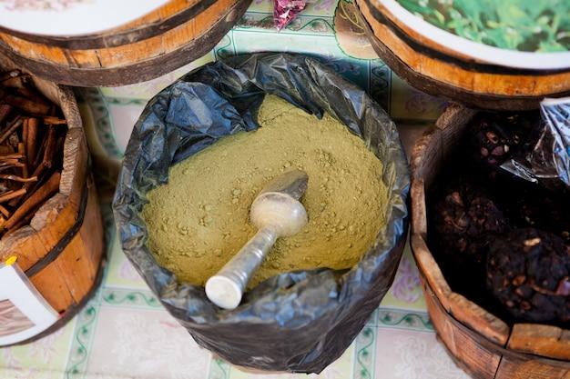 Gewürze und tees in großen walzen auf dem markt in ägypten
