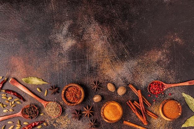 Gewürze zutaten zum kochen. gewürzkonzept. draufsicht.